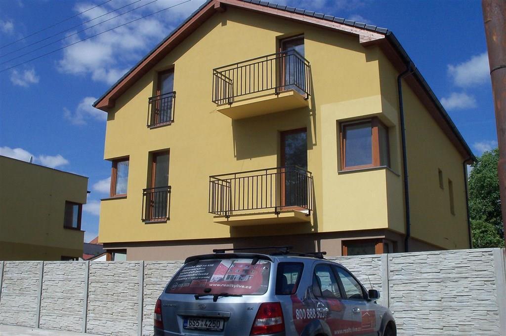 FOTO - Pronájem 2+k.k.+terasa+komora, bytový dům, parkovací stání, ulice Petra Bezruče - Neratovice