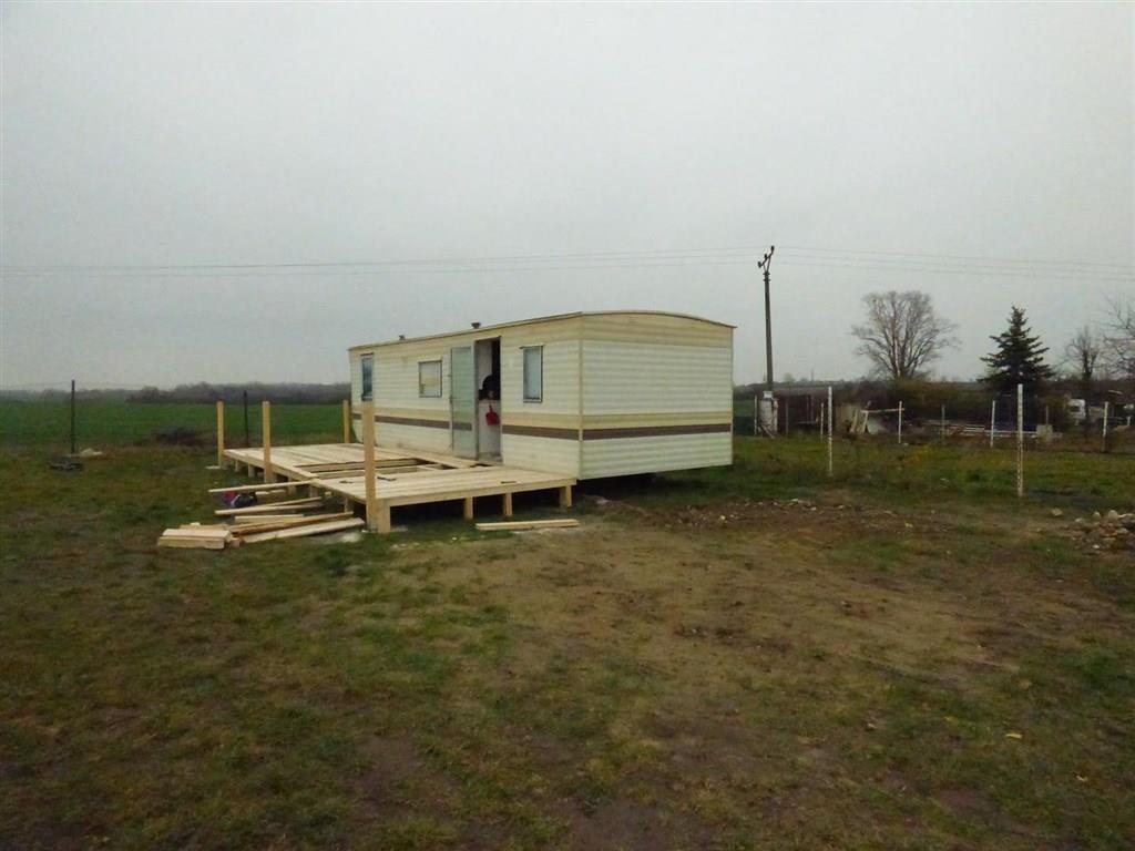 FOTO - Nabízím k prodeji zahradu o velikosti 392 m2 s mobilheim o velikosti 25,5 m2 v Lobkovicích