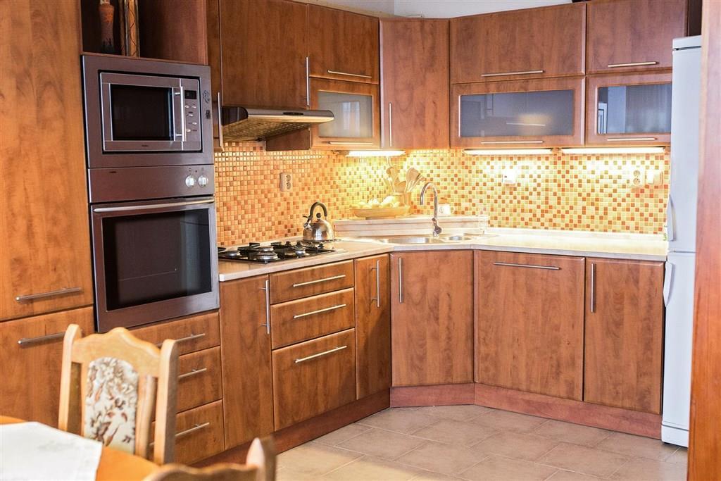 FOTO - Nabízím k prodeji byt v družstevním vlastnictví o velikosti 3+1+koupelna+WC+zasklená lodžie+komora+sklep v centru  Neratovic.