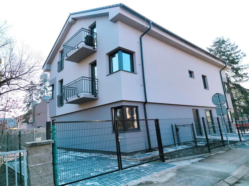 FOTO - Pronájem bytu 2+k.k./Balkón, komora a parkovací místo k dispozici, novostavba bytového domu v Neratovicích - ul. Petra Bezruče