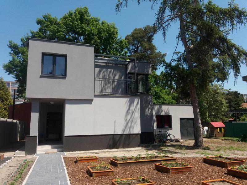 FOTO - Pronájem kompletně zrekonstruovaného RD 4+kk, 2x terasa, zahrada, parkovací stání, atraktivní lokalita -  Neratovice