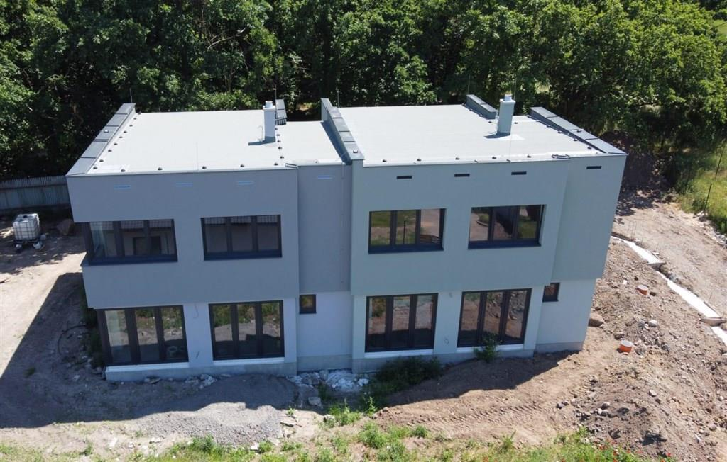 FOTO - Prodej novostavby RD o velikosti 4+kk+komora+ 2x koupelna a stání na 2 auta+zahrada 437 m2, Neratovice-Lobkovice.